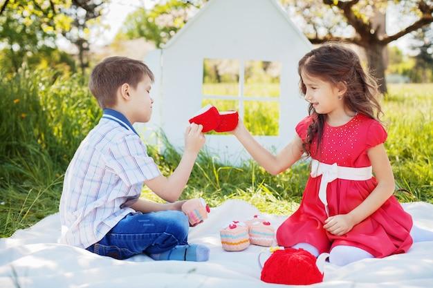 Bambini felici su un tè picnic. il concetto di infanzia e stile di vita. Foto Premium