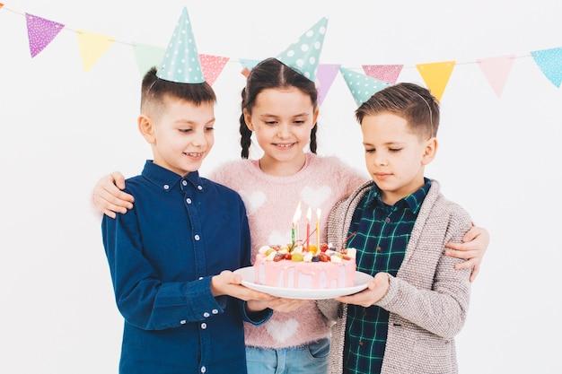 Bambini festeggiano un compleanno Foto Gratuite