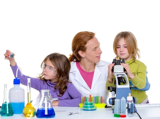Bambini girlas e donna insegnante al laboratorio scolastico Foto Premium