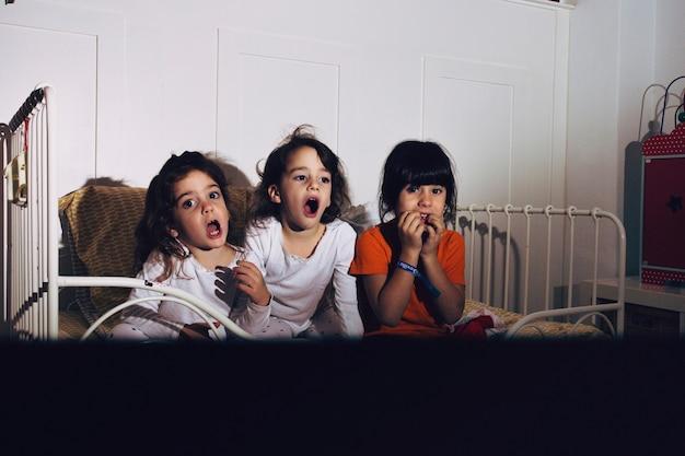 Camera Da Letto Da Bambino : Bambini in camera da letto a guardare film horror scaricare foto