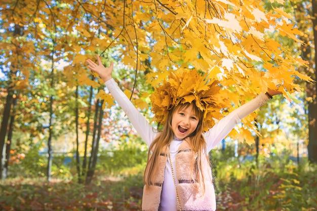 Bambini nel parco con foglie di autunno. messa a fuoco selettiva. Foto Premium