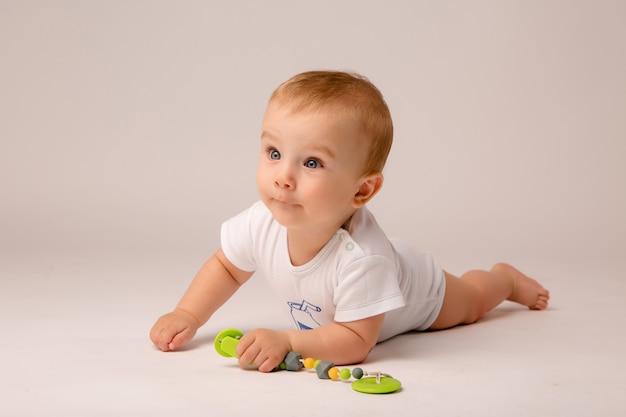 Bambino 8 mesi su sfondo bianco Foto Premium