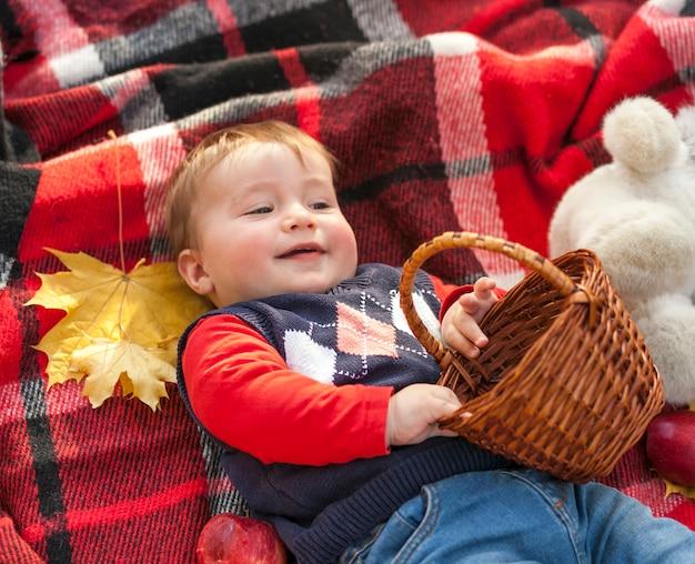 Bambino adorabile di redhead che tiene un cestino Foto Gratuite