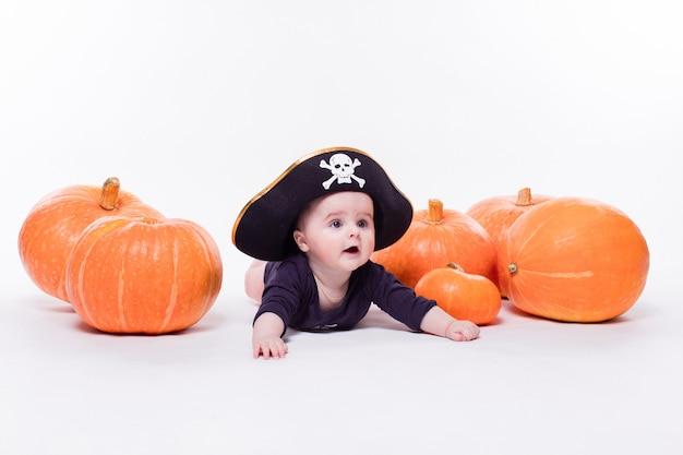 Bambino carino con un cappello da pirata in testa sdraiato sul suo stomaco Foto Premium