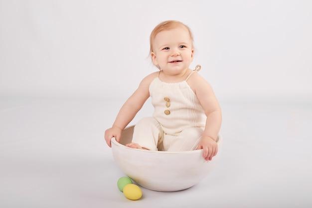 Bambino carino con uova di pasqua dipinte Foto Premium