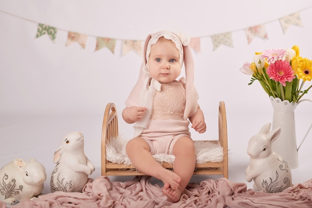 Bambino carino nella composizione di pasqua Foto Premium