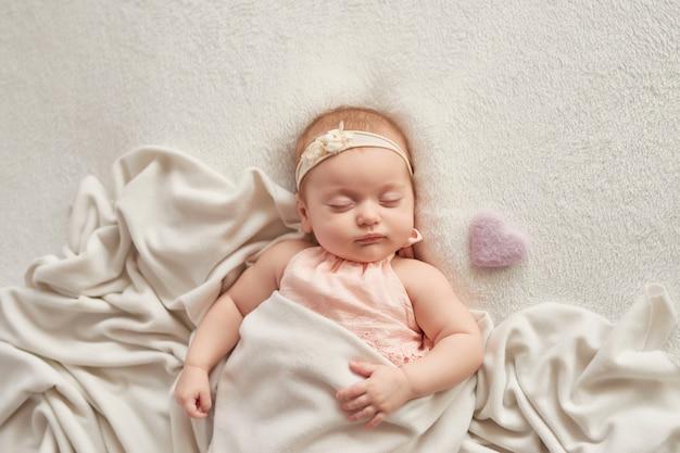 Bambino che dorme 3 mesi su una luce Foto Premium