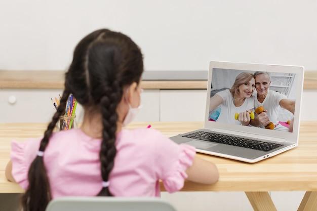 Bambino che parla con i suoi genitori su piattaforme online Foto Gratuite