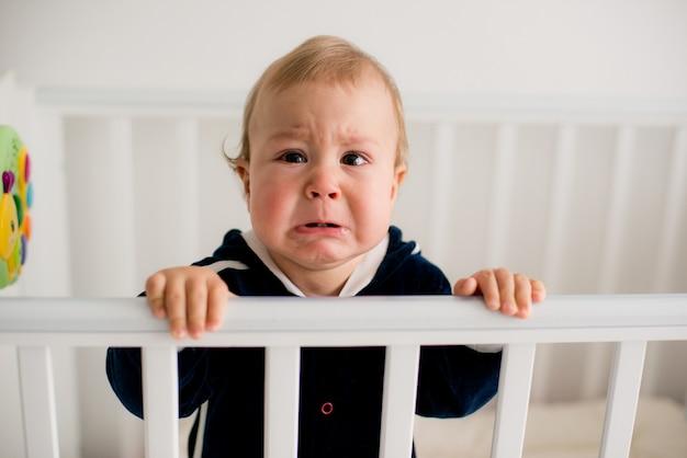 Bambino che piange nella culla Foto Premium