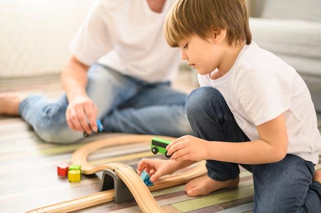 Bambino del primo piano che gioca con i giocattoli Foto Gratuite