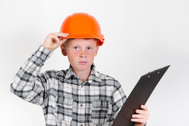 Bambino di vista frontale che posa come muratore Foto Gratuite