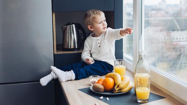 Bambino facendo colazione Foto Gratuite