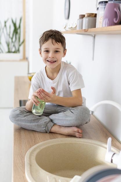 Bambino felice con sapone liquido Foto Gratuite
