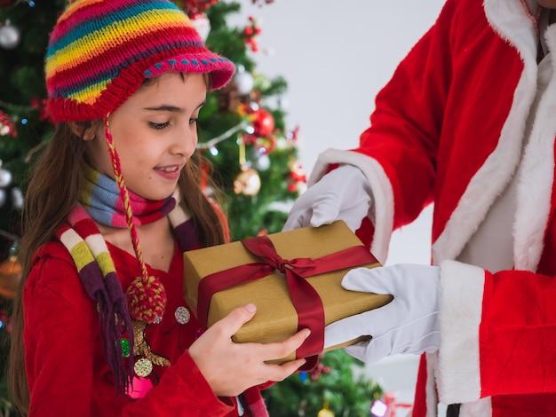 Bambino felice di ricevere regali da babbo natale Foto Premium