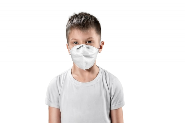 Bambino in maschera antipolvere bianco isolato su bianco Foto Premium