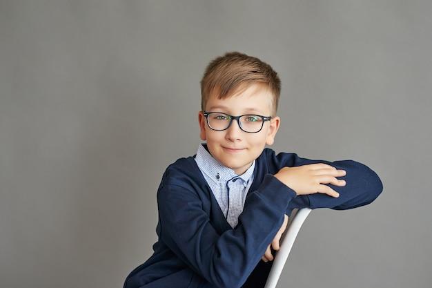 Bambino scolaro in classe Foto Premium