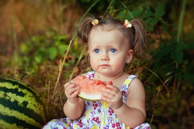 Bambino serio con anguria succosa. Foto Premium