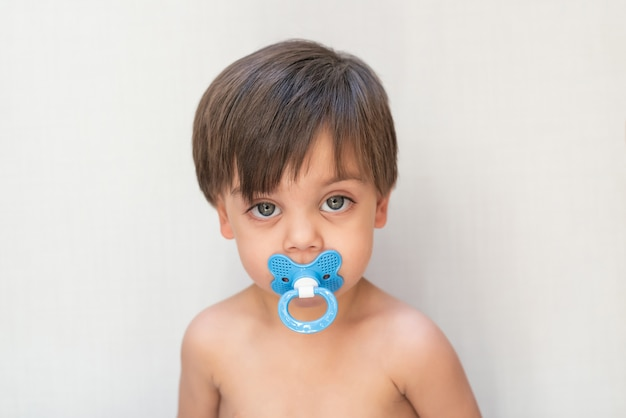 Bambino sveglio del neonato - con la tettarella in bocca Foto Premium