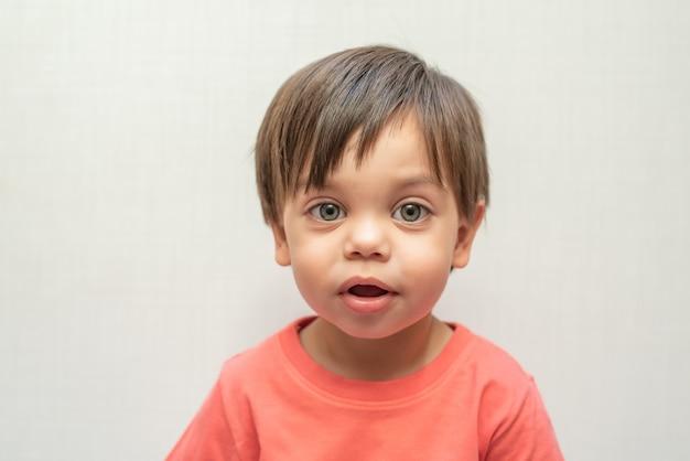 Bambino sveglio del neonato - sguardo Foto Premium