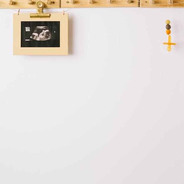 Bambino ultrasonico sparato e manichino Foto Gratuite
