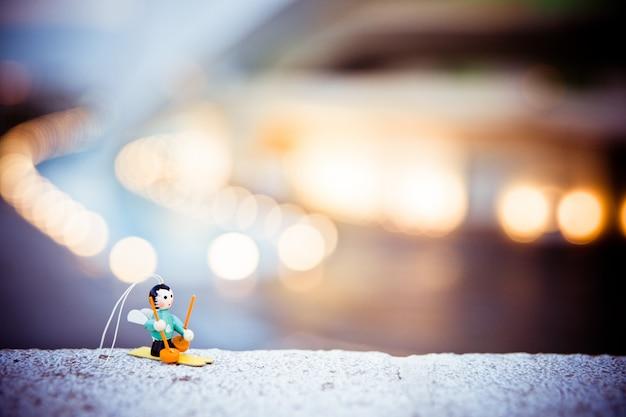 Bambola di sciatore per decorare un albero di natale, con sfondo sfocato. Foto Premium