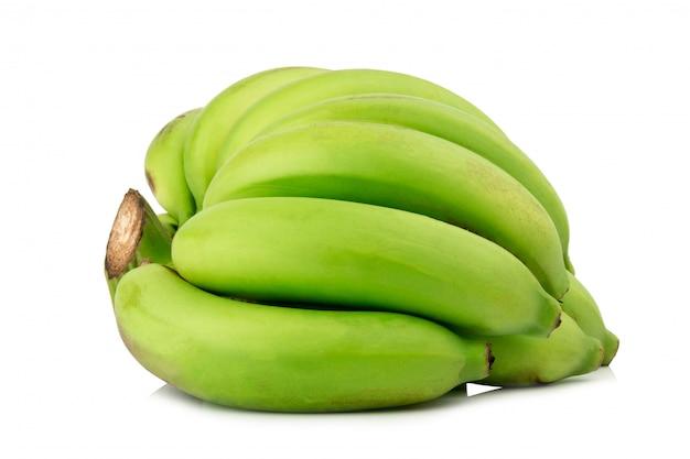 Banana acerba. mazzo di banane. verde isolato su sfondo bianco Foto Premium
