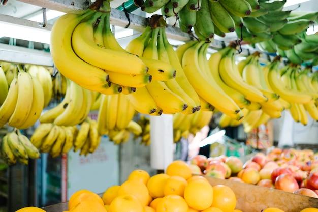 Banana appesa nel mercato Foto Gratuite