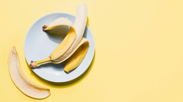 Banana organica di vista superiore su un piatto Foto Gratuite