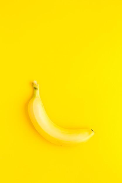 Banana sullo sfondo giallo. vetta di banana Foto Premium