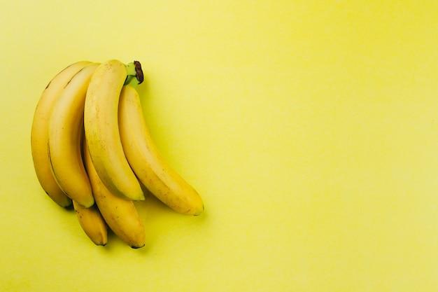 Banana sullo sfondo giallo. vista dall'alto, copia spazio Foto Premium