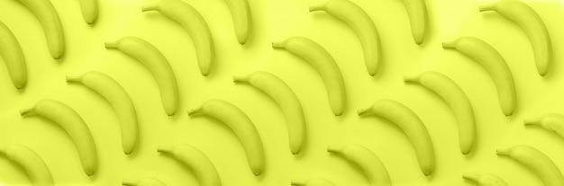 Banane sopra il modello giallo neon Foto Premium