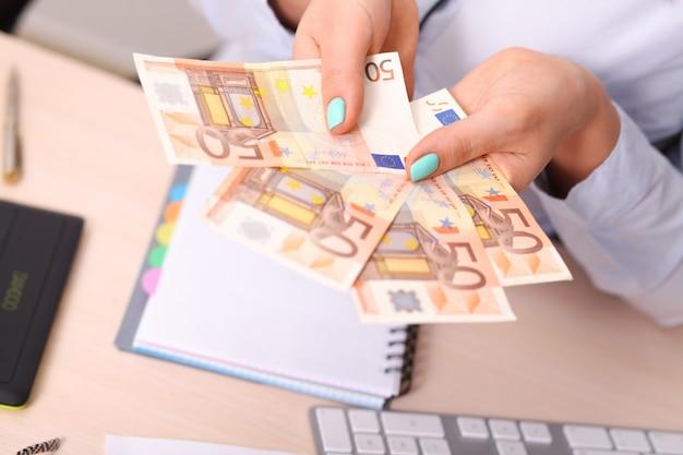 Banca dei soldi in euro per il tuo budget di investimento. Foto Premium