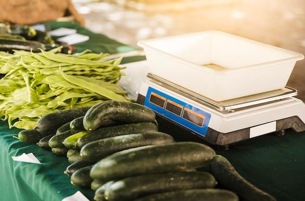 Bancarella del mercato con bilancia e verdure biologiche sul tavolo Foto Gratuite