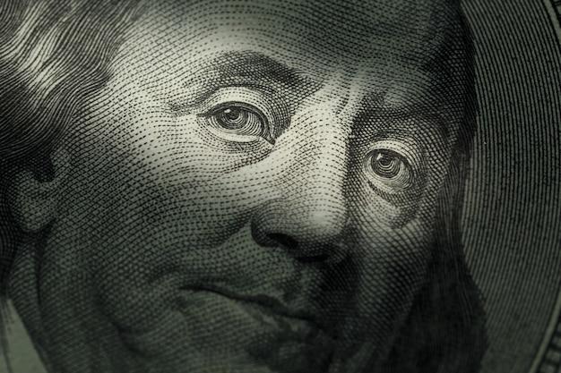 Banconota da cento dollari - benjamin franklin. messa a fuoco selettiva Foto Premium