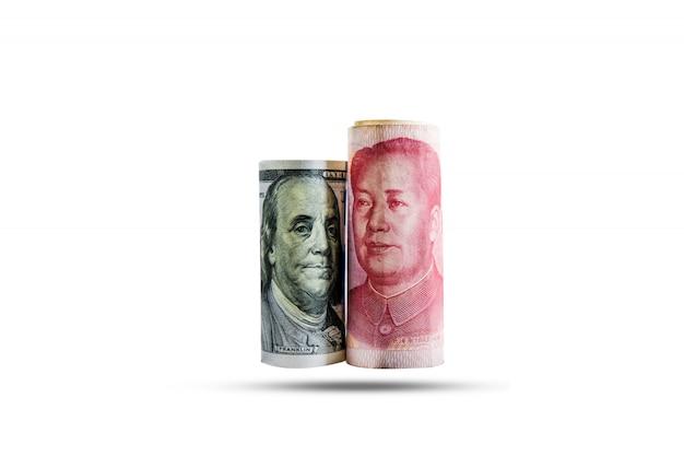 Banconota del dollaro e dello yuan dell'america con le bandiere di usa e cina Foto Premium