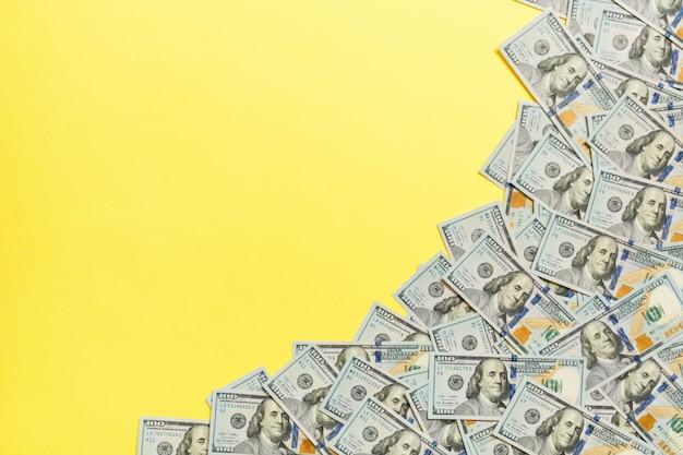 Banconote in dollari a su uno sfondo di colore chiaro. copia spazio, vista dall'alto concetto di business Foto Premium