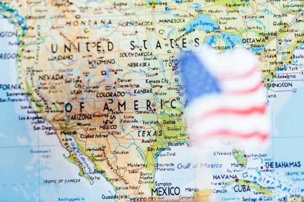 Bandiera americana con sfondo mappa stati uniti d'america Foto Premium