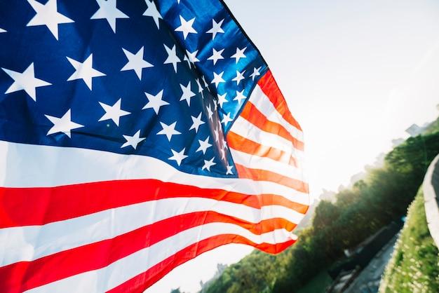 Bandiera americana con strada e sole Foto Gratuite