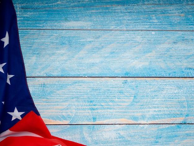 Bandiera americana su fondo di legno blu Foto Premium