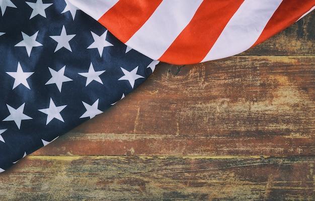 Bandiera americana su fondo di legno memorial day Foto Premium