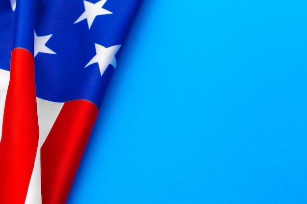 Bandiera americana su sfondo blu Foto Premium