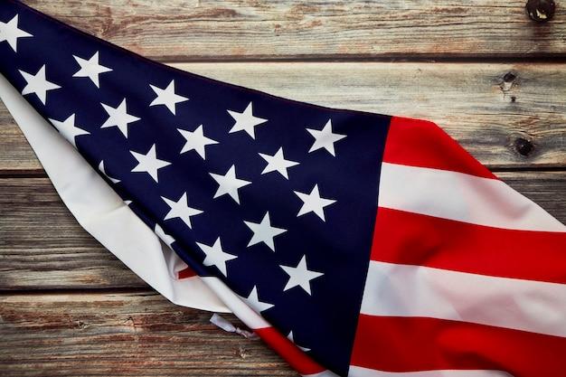 Bandiera americana sul vecchio bordo di legno rustico Foto Premium