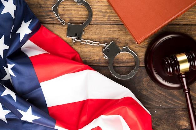 Bandiera americana vista dall'alto con manette e martelletto Foto Gratuite