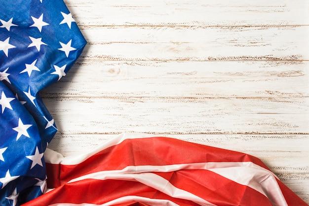 Bandiera degli stati uniti con stelle e strisce sulla scrivania bianca della plancia Foto Gratuite