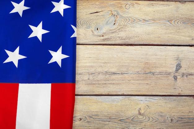 Bandiera degli stati uniti d'america sulla superficie della superficie in legno Foto Premium