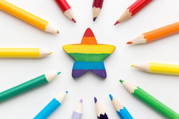 Bandiera dell'orgoglio arcobaleno composta da matite e stella nel mezzo Foto Gratuite