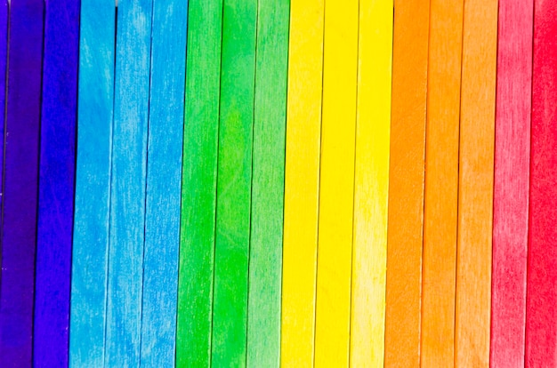 Bandiera dell'orgoglio con bastoncini colorati Foto Gratuite