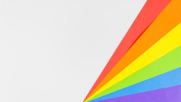 Bandiera dell'orgoglio con foglio di carta colorata Foto Gratuite