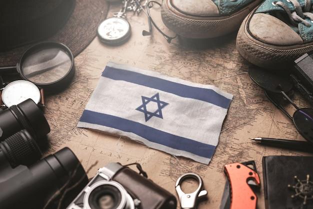 Bandiera di israele tra gli accessori del viaggiatore sulla vecchia mappa vintage. concetto di destinazione turistica. Foto Premium