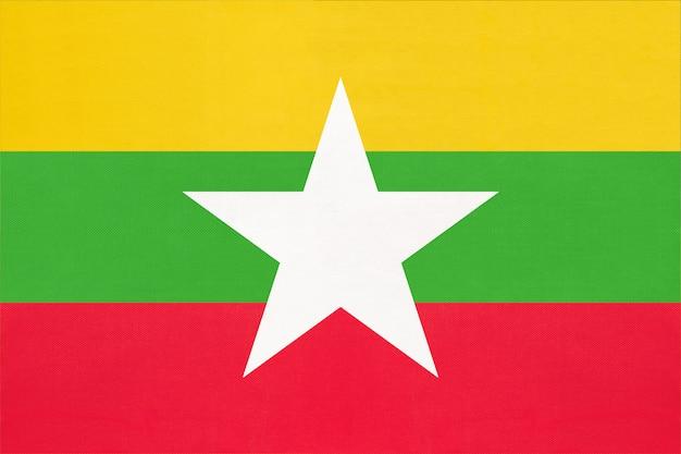 Bandiera nazionale del tessuto del myanmar, fondo del tessuto. simbolo del paese asiatico del mondo. Foto Premium